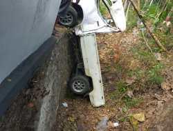 Hilang Konsentrasi,  Mobil Pick Up Ringsek Setelah Terjun Bebas Ke Selokan