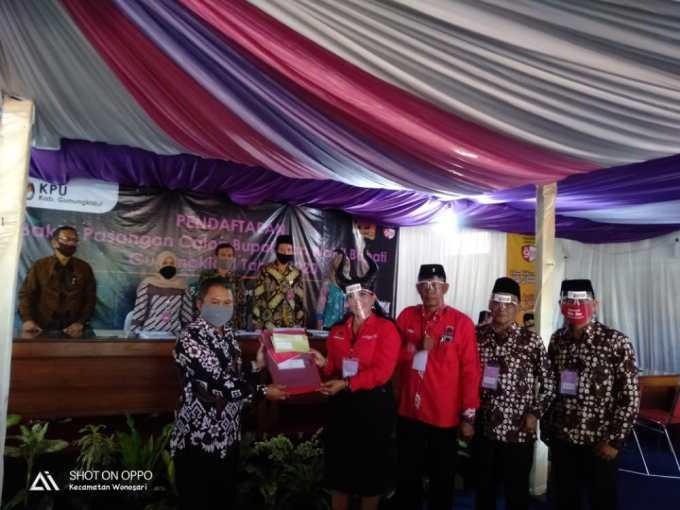 Ketua DPC PDI Endah Subekti Kuntariningsih Menyerahkan Berkas Pendaftaran ke KPU