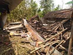 Terkena Angin Kencang Dapur Rumah Suwarni Ambruk, Alami Kerugian Jutaan Rupiah