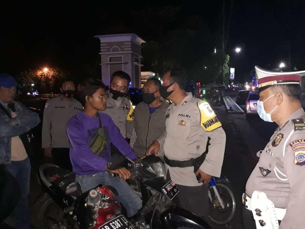 Polisi saat melakukan pembubaran