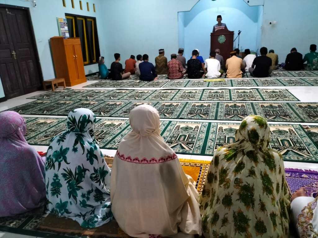 Umat Muslim Melaksanakan Sholat Gerhana