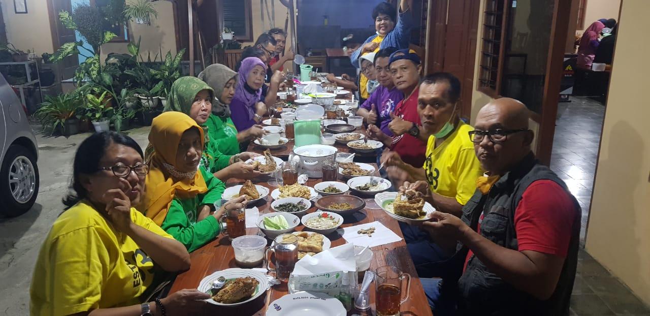 Pengunjung Rumah Makan Opor Ayam Kampung Kulwer