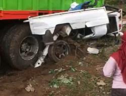 Tak Kuat Nanjak, Truk Tronton Tabrak Mobil Carry di Belakangnya, Pengemudi Sempat Terjebak