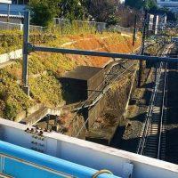 埼京線の線路内に残る「陸軍造兵廠電気軌道線の橋台跡」