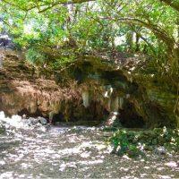 うるま市の藪地島奥地にある「ジャネー洞」