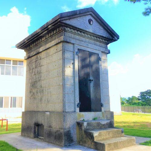 沖縄市知花の「奉安殿」と「忠魂碑」