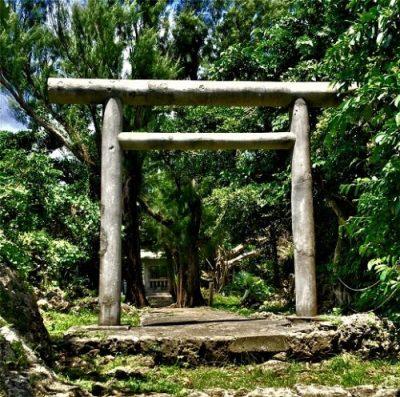 浦添市の伊祖城跡に残る「弾痕」と「タコツボ」