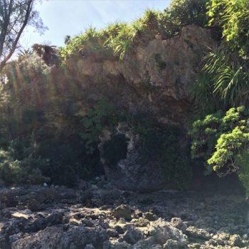 宮古島市平良久貝に残る「大浜の特攻艇秘匿壕(海側)」