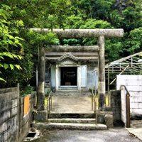 渡嘉敷神社の鳥居に残る弾痕