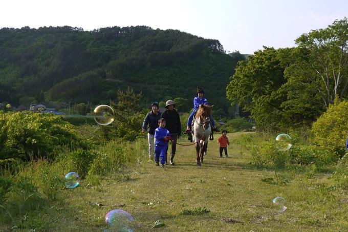 仮設の子ども達と馬とお散歩