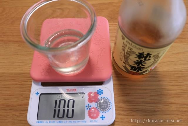 梅シロップに酢を入れる