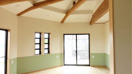 LDKの天井はお部屋の形を生かして梁見せ天井に。 お部屋の高さが広く見え、おしゃれで立体的な空間になりました。 下部に貼っているクロスの淡いグリーンもこだわりです。