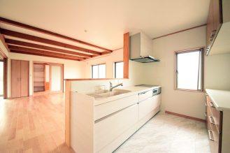 キッチンスペースはホワイトで統一。キッチンから見えるリビングは広々していて開放的です。