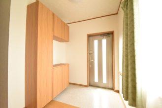 広々とした玄関は大容量のシューズボックスで収納力抜群。 玄関にも手すりをつけています。