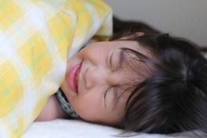 病気で寝こむ女の子