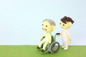 車いすの高齢者の患者と看護師