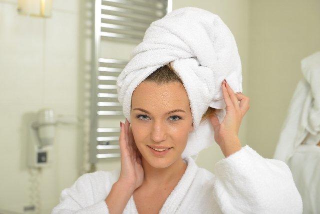 シャンプー 頭にタオルを巻く女性