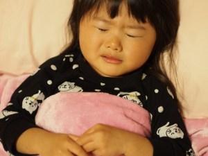 病気で寝込む子供