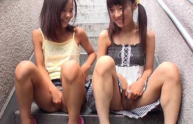《ロリマニア㊙》団地内で白昼堂々、日焼けした少女に淫行『つるぺた&無毛マ〇コ』連続少女猥褻事件の映像!