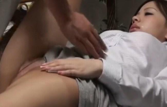 《盗撮》悪徳治療院に潜入盗撮『卑猥なマッサージで興奮させられ、スッポンポンになるOL。。。』膣内に指を入れジュポジュポ⇒潮がドピュードピュー!
