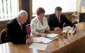 Uroczysty moment złożenia podpisów  Fot. archiwum ASRW