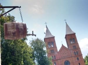 Tradycyjny, chyba nie tylko dla Wileńszczyzny, ale też w dużej mierze dla kraju widok karczmy przed podejściem do świątyni Fot. Marian Paluszkiewicz