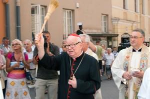 Jego Eminencja Henryk Gulbinowicz pokrapia wodą święconą wszystkich zebranych Fot. Marian Paluszkiewicz