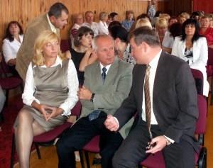 Dyrektor administracji samorządu trockiego R. Kulys (w środku) miał wiele pytań do posła na Sejm RL Jarosława Narkiewicza  Fot. Alina Sobolewska