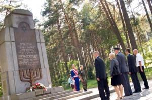 Dyplomaci chylą czoła przy pomniku pomordowanych Żydów w Ponarach  Fot. Marian Paluszkiewicz