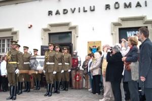 Urna ze szczątkami opuszcza pałac Radziwiłłów Fot. Marian Paluszkiewicz