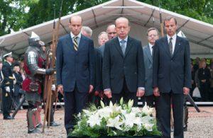 Hołd przodkom rodu książęcego oddali: premier Andrius Kubilius, Mikołaj i Michał Radziwiłłowie oraz inne oficjalne osobistości Fot. Marian Paluszkiewicz