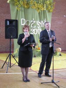 Radna Samorządu Teresa Dziemieszko z dyrektorem Szkoły Podstawowej w Mościszkach Waldemarem Klimaszewskim