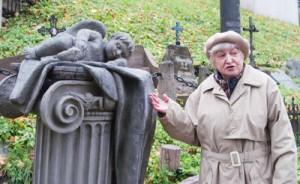 Pomnik Aniołka śpiącego odnowiliśmy z pieniędzy zebranych przez harcerzy wileńskich – mówi Alicja Klimaszewska, prezes Społecznego Komitetu Opieki nad Starą Rossą Fot. Marian Paluszkiewicz