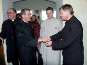 Nuncjusz wita się z wileńskimi księżmi, braćmi i wolontariuszami Fot. Zbigniew Markowicz