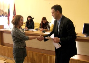 Kierownik Wydziału Prawa Audrius Bulnis gratuluje zwycięzcom Fot. archiwum ASRW
