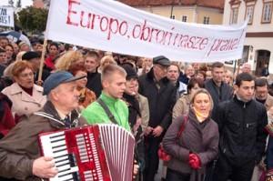 """""""Europo, obroń nasze prawa"""" — domagali się protestujący pod ambasadą Szwecji Polacy Fot. Marian Paluszkiewicz"""