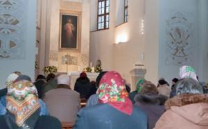 Wierni skupieni podczas odmawiania Koronki do Miłosierdzia Bożego Fot. Marian Paluszkiewicz