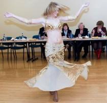 Walentyna Dulko z Pasiek w rejonie solecznickim najbardziej poświęca się tańcom wschodnim Fot. Marian Paluszkiewicz