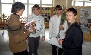 Młodzi sportowcy czytają o sobie w książce Fot. archiwum ASRW