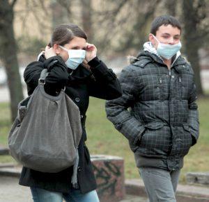 Mimo zagrożenia pandemicznego mieszkańcy nie panikują i takie obrazki należą jeszcze do rzadkości na ulicach litewskich miast Fot. ELTA