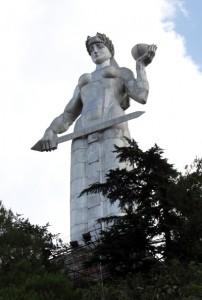 20-metrowa majestatyczna postać Matki Gruzji, wykonanej z aluminium. W lewej dłoni trzyma piałę, w prawej natomiast miecz, co ukazuje charakter Gruzinów. Wino przeznaczone jest dla przyjaciół, miecz zaś skierowany do wrogów. Wiąże się z pomnikiem także tragikomiczna historia Fot. Waldemar Szełkowski