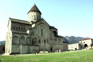 Spośród wielu zabytków Mcchety najbardziej godną uwagi jest monumentalna katedra Sweti Cchoweli (Drzewo Życia) Fot. Waldemar Szełkowski