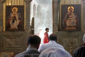 Zapach kadzidła, ściany odbijają odgłosy śpiewu cerkiewnego, wokół pochylające się w modlitwie postacie wiernych... Fot. Waldemar Szełkowski