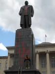 Bliżej placu zagadnięta kobieta także poruszyła bolesny temat. — Bombardowano nas, bomby spadły tutaj, na placu, zginęło 20 ludzi, ale żadna nie trafiła tego drania — wskazała na pomnik Stalinowi przed budynkiem samorządu. Ręka nieznanego sprawcy w nocy usmarowała pomnik czerwona farbą.