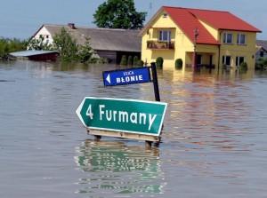 Według funkcjonariuszy, z ewakuacją mieszkańcy zwlekają zazwyczaj do ostatniej chwili, bojąc się m. in. o dobytek Fot. EPA-ELTA
