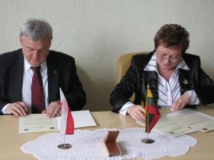Uroczysty moment podpisania deklaracji współpracy.