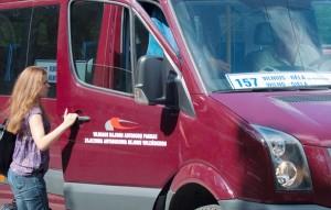 Bój z Inspekcją Języka Państwowego wciąż toczą lokalni przewoźnicy, którzy na autobusach zamieszczają dwujęzyczne tablice z kierunkiem trasy  Fot. Marian Paluszkiewicz