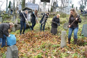 Mimo jesiennych ferii uczniowie polskich szkół Wilna chętnie uczestniczą w przedświątecznym sprzątaniu Rossy. Fot. Marian Paluszkiewicz