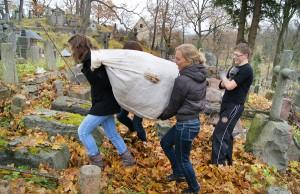 Gimnazjaliści z Jana Pawła II wybrali sobie do posprzątania jeden z największych sektorów wileńskiej nekropolii. Fot. Marian Paluszkiewicz
