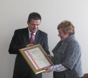 Starosta Szydłowiecki Włodzimierz Górlicki wręczył mer rejonu wileńskiego Marii Rekść dyplom uznania oraz podziękował za aktywną współpracę.